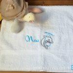 Personnalisation broderie Prénom et dauphin sur serviette bébé bewellonline